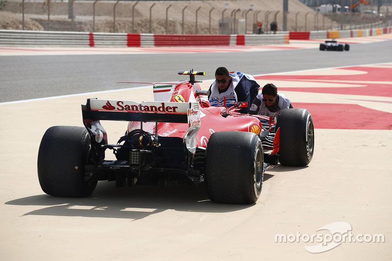 Болід Кімі Райкконена, Ferrari SF70H, після проблем з двигуном у першій практиці