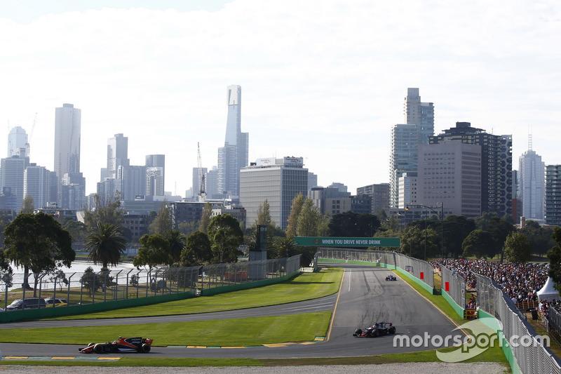 Stoffel Vandoorne, McLaren, MCL32; Kevin Magnussen, Haas F1 Team, VF-17