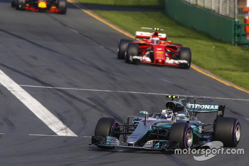 Valtteri Bottas, Mercedes AMG F1 W08, Kimi Raikkonen, Ferrari SF70H y Max Verstappen, Red Bull Racing RB13