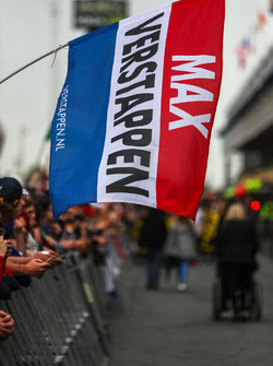 Флаг с именем Макса Ферстаппена