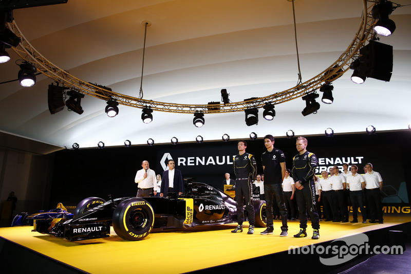Pilotos de Renault F1 Jolyon Palmer, Kevin Magnussen y Esteban Ocon, Renault F1 piloto de pruebas con Carlos Ghosn, Presidente de Renault y Frederic Vasseur, equipo Director de Renault Sport F1 team
