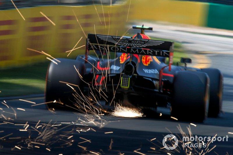 Pierre Gasly, Red Bull Racing RB15, envoie des étincelles en l'air