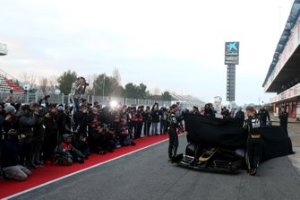 Romain Grosjean, Haas F1 Team et Kevin Magnussen, Haas F1 Team, dévoilent la Haas VF-19