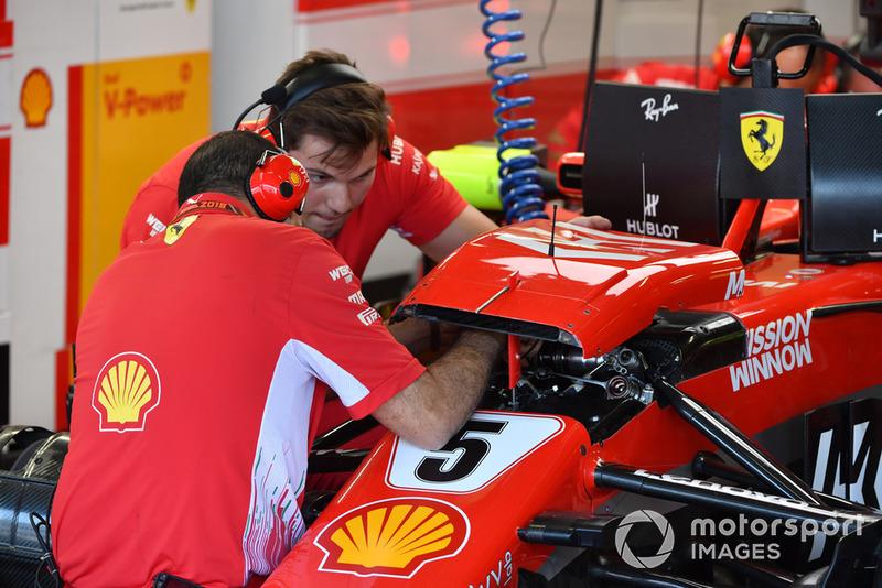Meccanici Ferrari al lavoro sulla sospensione anteriore della Ferrari SF-71H