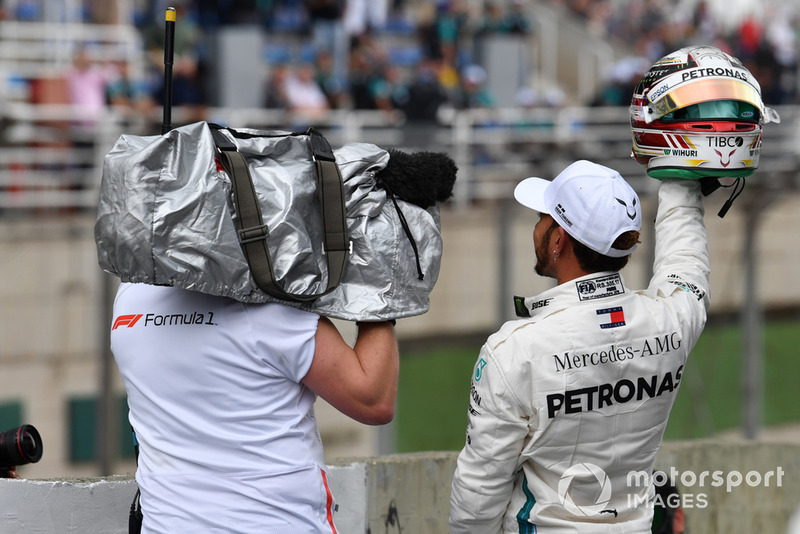 Pole sitter Lewis Hamilton, Mercedes AMG F1 festeggia in parco chiuso