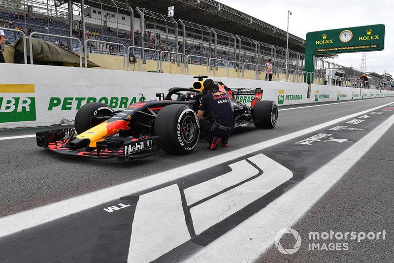 Daniel Ricciardo, Red Bull Racing RB14 stopped in pit lane in FP1