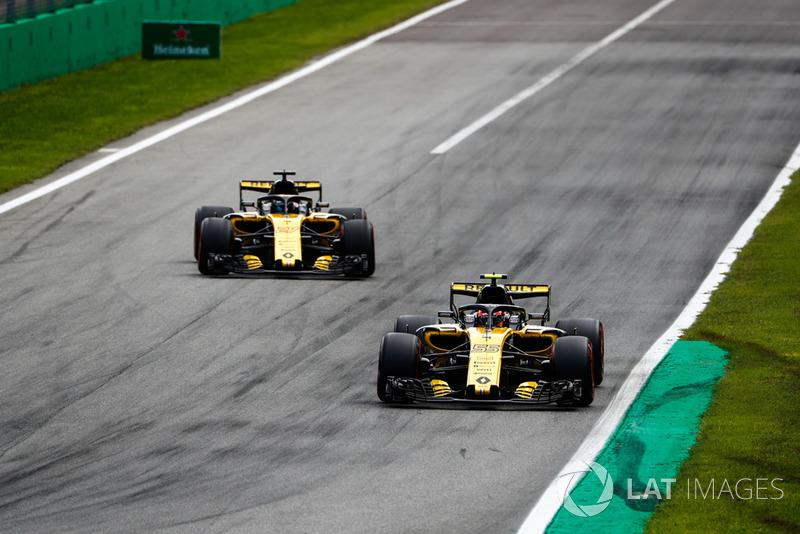 Carlos Sainz Jr., Renault Sport F1 Team RS 18, leads Nico Hulkenberg, Renault Sport F1 Team RS 18