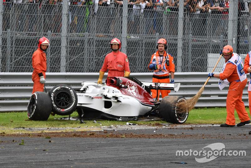 Marshals and the crashed car of Marcus Ericsson, Alfa Romeo Sauber C37 in FP2