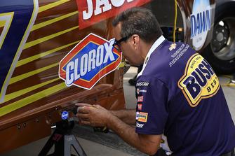 La crew di Chris Buescher, JTG Daugherty Racing, Chevrolet Camaro Bush's Beans
