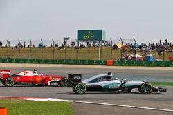 Lewis Hamilton, Mercedes AMG F1 Team W07 y Kimi Raikkonen, Ferrari SF16-H luchan por la posición