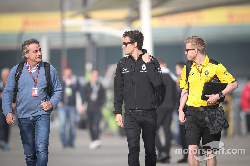 Carlos Sainz with Jolyon Palmer, Renault Sport F1 Team and Kevin Magnussen, Renault Sport F1 Team