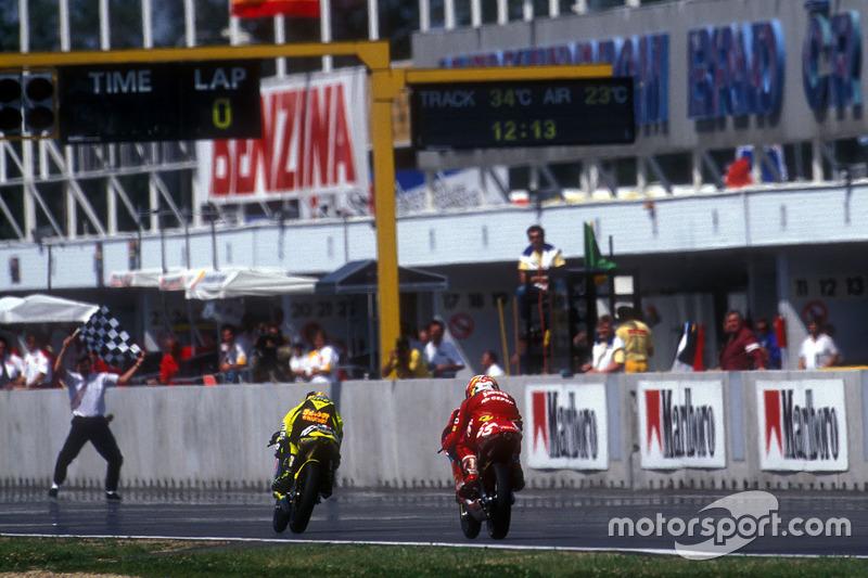 Valentino Rossi pakt de overwinning