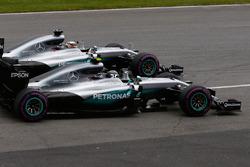 Льюис Хэмилтон, Mercedes AMG F1 W07 Hybrid и Нико Росберг, Mercedes AMG F1 W07 Hybrid на старте гонки