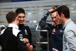 Стоффель Вандорн, тестовый и резервный пилот McLaren, Эстебан Окон, тестовый пилот Renault Sport F1