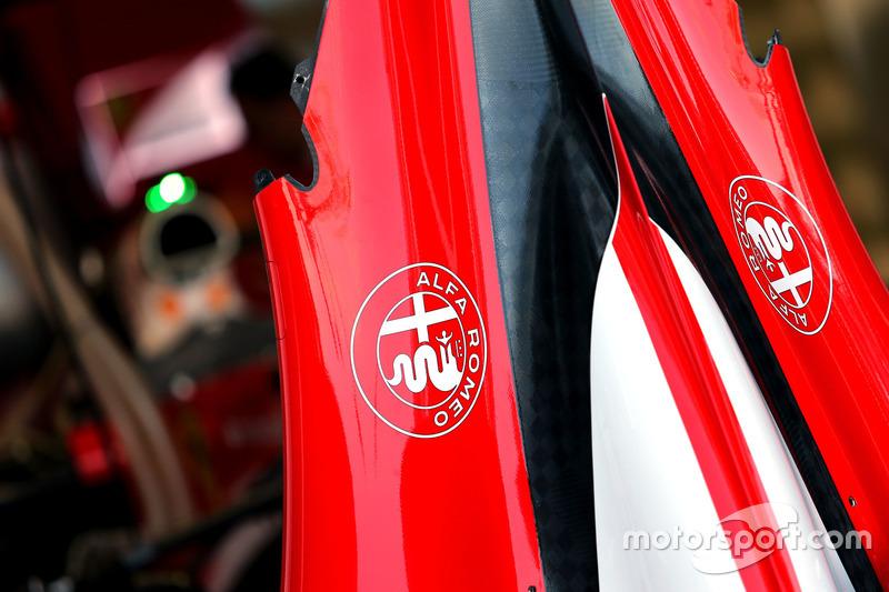 Логотип Alfa Romeo на машине Scuderia Ferrari