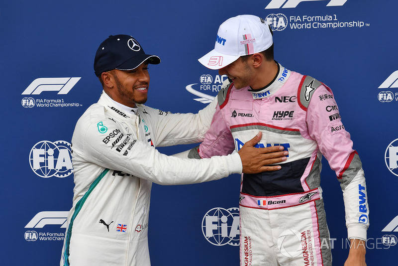 Lewis Hamilton, Mercedes AMG F1 et Esteban Ocon, Racing Point Force India F1 Team, dans le parc fermé