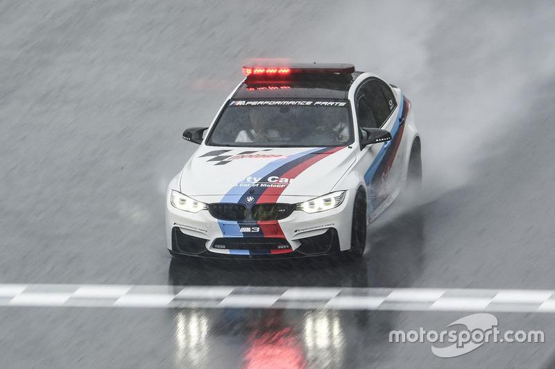 Автомобіль безпеки BMW перевіряє стан траси
