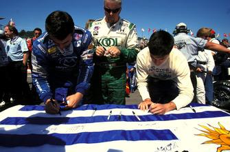 Los pilotos firman la bandera de Uruguay con respecto a Gonzalo Rodríguez