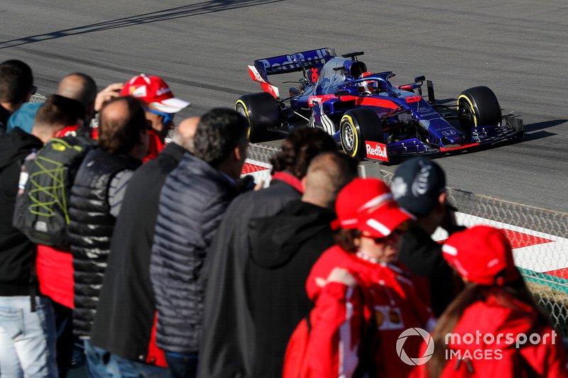 Daniil Kvyat, Scuderia Toro Rosso STR14, con dei tifosi