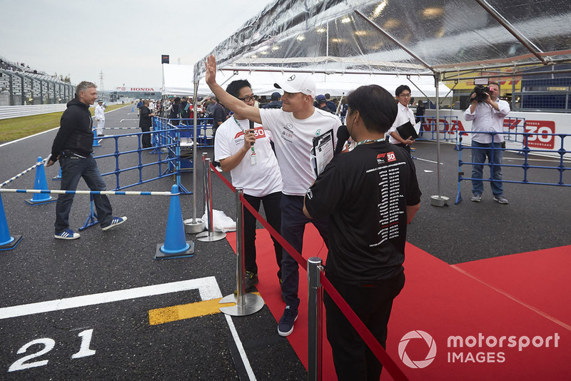 Valtteri Bottas, Mercedes AMG F1, saluta i tifosi