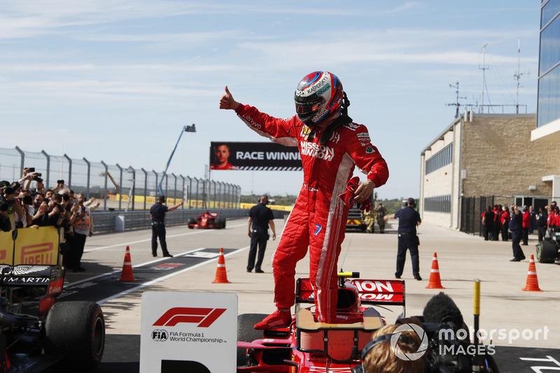 Kimi Raikkonen, Ferrari celebra en el Parc Ferme después de ganar la carrera.