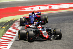 Kevin Magnussen, Haas F1 Team VF-17; Carlos Sainz Jr., Scuderia Toro Rosso STR12