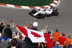 Lance Stroll, Williams FW40, salue ses fans à domicile