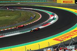 Daniel Ricciardo, Red Bull Racing RB13 and Kimi Raikkonen, Ferrari SF70-H