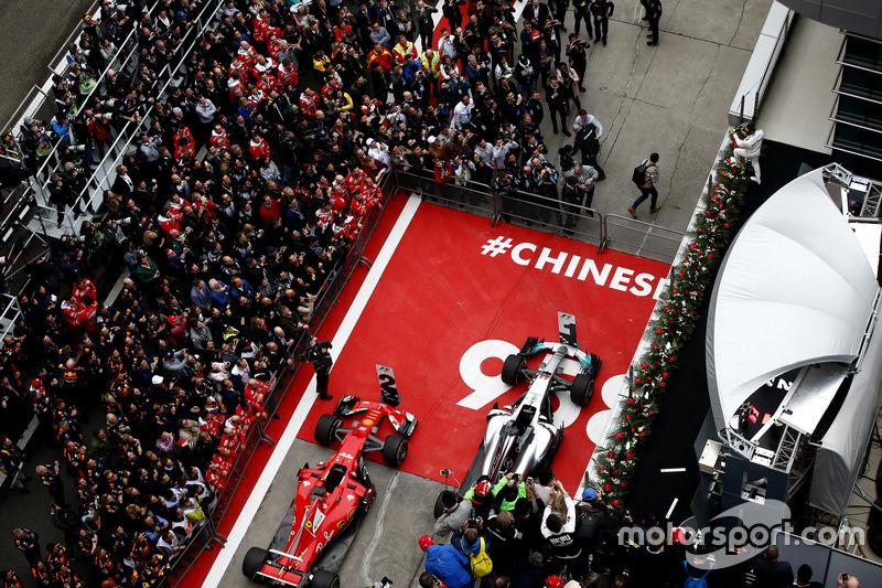 No GP da China, os organizadores pintaram o número que representava a quantidade de provas da F1 até então.