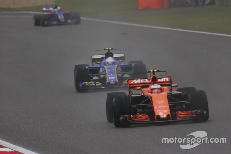 Stoffel Vandoorne, McLaren MCL32, vor Antonio Giovinazzi, Sauber C36