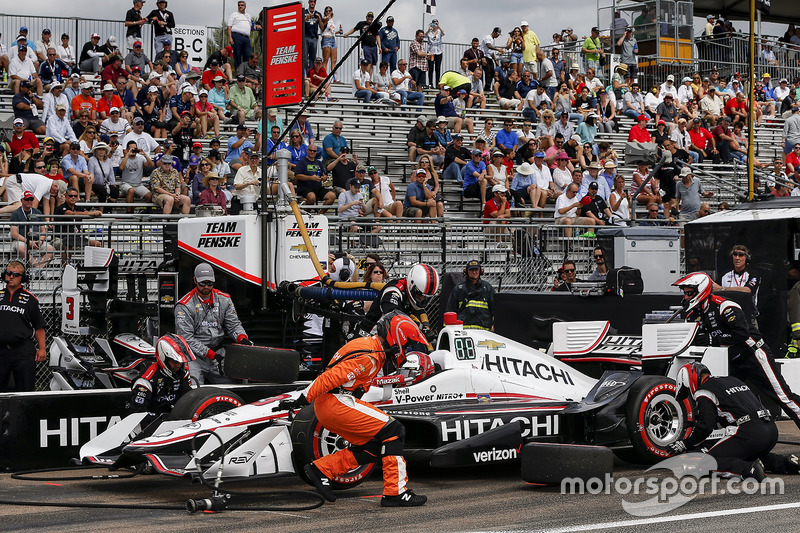 Helio Castroneves, Team Penske Chevrolet pit stop