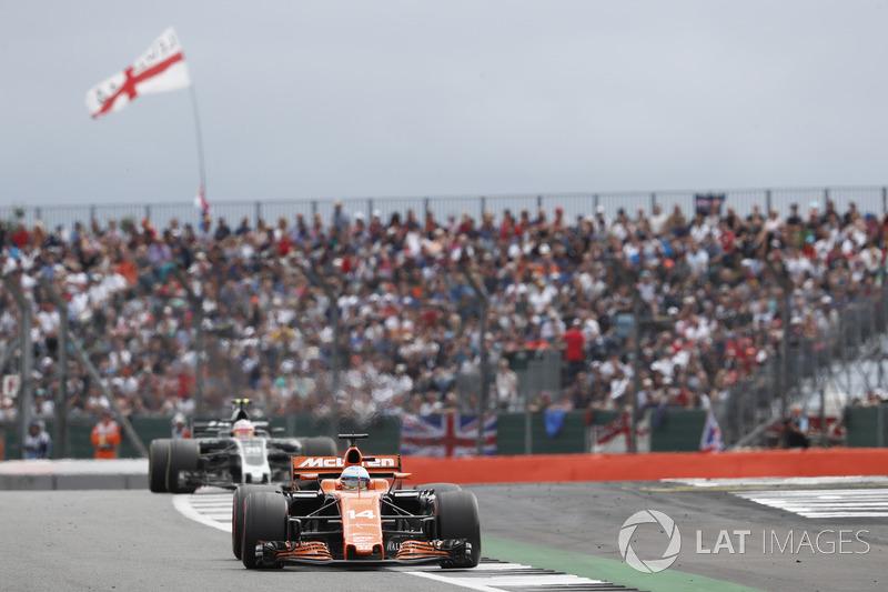 Фернандо Алонсо, McLaren MCL32, Кевін Магнуссен, Haas F1 Team VF-17
