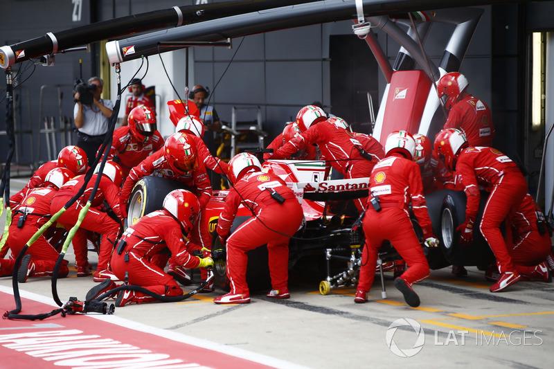 Себастьян Феттель, Ferrari SF70H, на піт-стопі