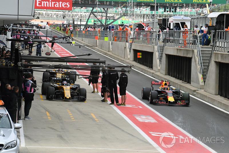 Jolyon Palmer, Renault Sport F1 Team RS17, Max Verstappen, Red Bull Racing RB13