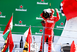 Derde plaats Sebastian Vettel, Ferrari, leent een tv-camera