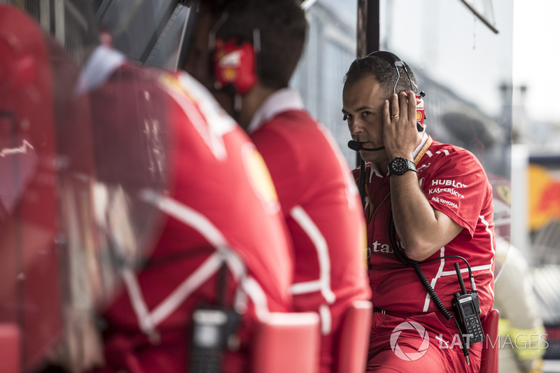 Ingeniero de Ferrari en el pórtico