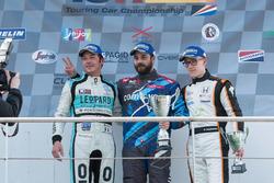 Rennen 2 Podium: Jean-Karl Vernay, Leopard Racing, sieger Stefano Comini, Comtoyou Racing, und Benjamin Lessennes, Boutsen Ginion Racing