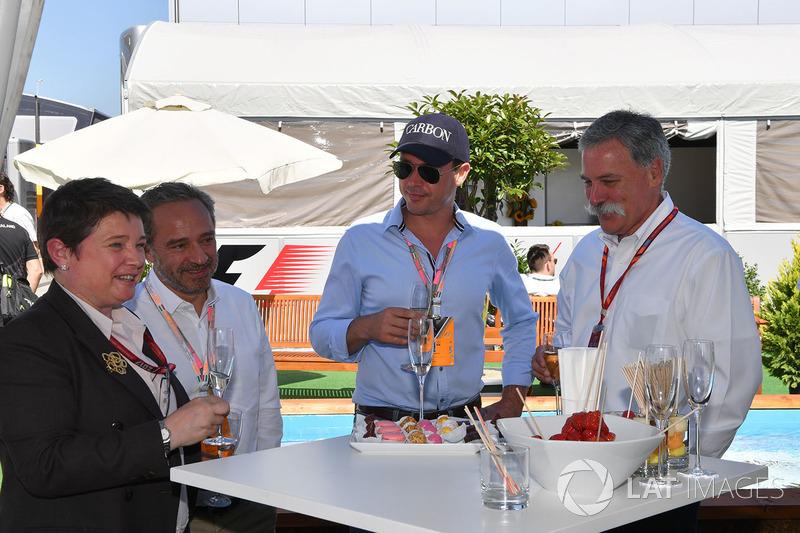 Kate Beavan, FOM, Alex Mea, y Chase Carey, Director Ejecutivo y Presidente Ejecutivo de la Formula O