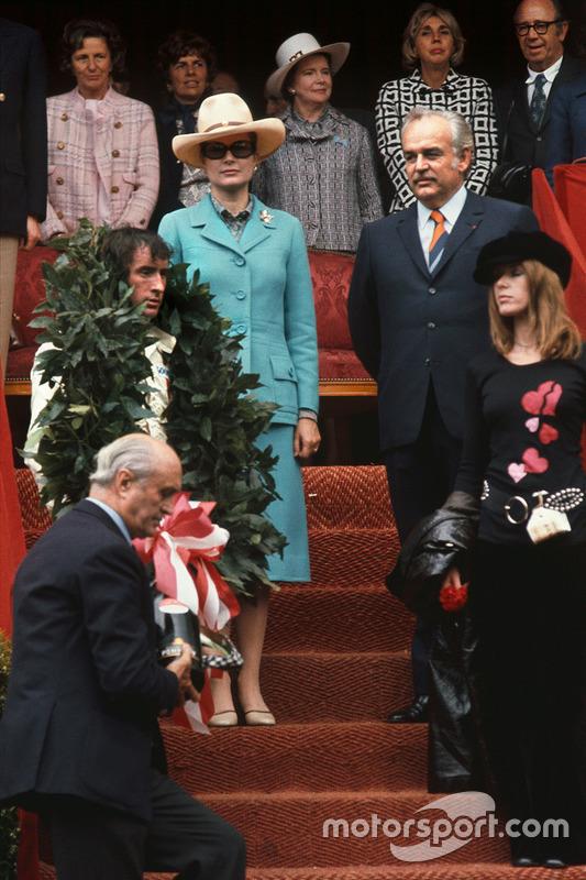 Podium : le vainqueur Jackie Stewart, Tyrrell, avec sa femme Helen, le Prince Rainier et la Princesse Grace