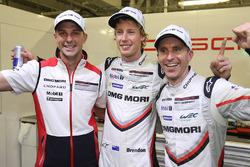 Володарі поулу Тімо Бернхард, Ерл Бембер, Брендон Хартлі, Porsche Team