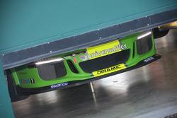 Porsche 911 GT3 Cup Dinamic Motorsport in allestimento nei box