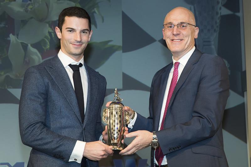 Indy 500 ganador 2016 Alexander Rossi se presenta con el trofeo baby Borg-Warner de James Verrier de