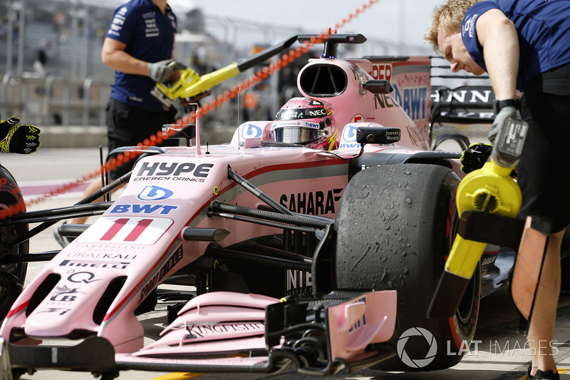 Sergio Perez, Sahara Force India F1 VJM10, in the pits
