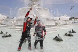 #31 Action Express Racing Cadillac DPi, P: Ерік Каррен, Феліпе Наср святкують у фонтані