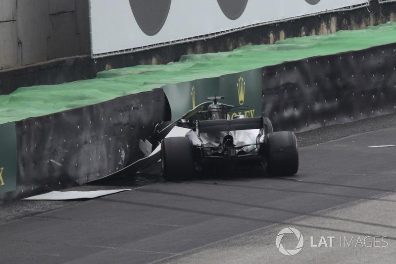 Lewis Hamilton bateu em sua primeira volta e vai largar dos boxes