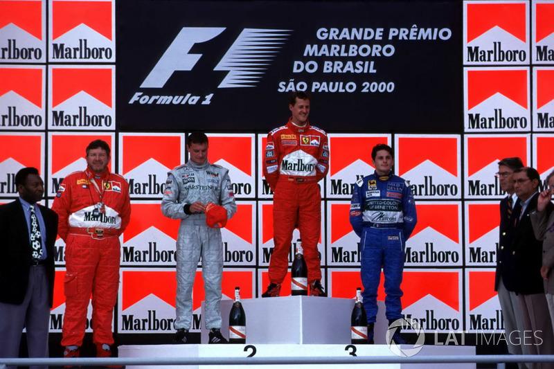 Podio: el ganador de la carrera Michael Schumacher, Ferrari; el segundo clasificado David Coulthard, McLaren; el tercer clasificado Giancarlo Fisichella, Benetton, con el futbolista Pele y el jefe técnico de Ferrari, Ross Brawn