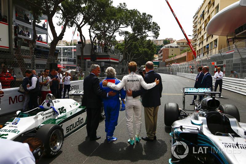 Chase Carey, presidente de Fórmula Uno, Keke Rosberg, campeón del mundo en 1982, Nico Rosberg, campeón del mundo en 2016 y el príncipe Alberto de Mónaco en la parrilla