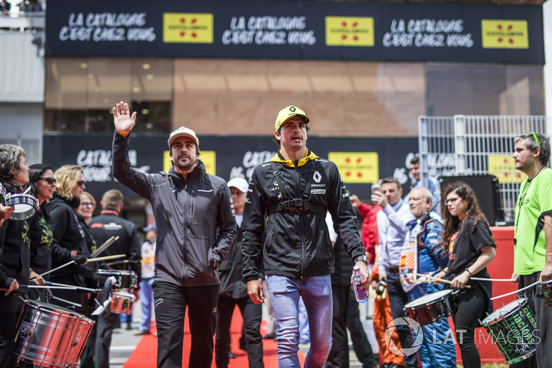Fernando Alonso, McLaren y Carlos Sainz Jr., Renault Sport F1 Team en el desfile de pilotos