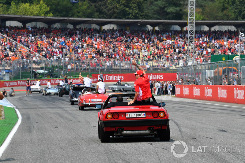 Kimi Raikkonen, Ferrari, mengikuti parade pembalap