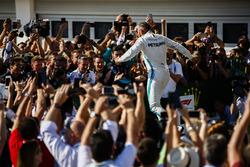 Le vainqueur Lewis Hamilton, Mercedes AMG F1, fête sa victoire en arrivant dans le Parc Fermé